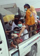 Människor flyr undan vulkanutbrottet från berget Merapi i Indonesien. Foto: Trisnadi/AP/Scanpix