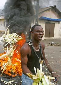Folk i Elfenbenskusten kräver att Alassane Quattara blir ny president. Foto: Schalk van Zuydam/Scanpix