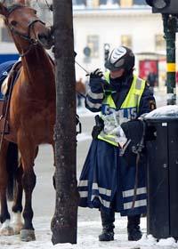 Poliser vaktar gatorna i Stockholm efter bombdådet. Foto: Fredrik Sandberg/Scanpix