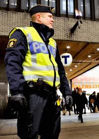 Ovanligt många poliser är på plats i Stockholms centrum. Foto: Tomas Oneborg/Scanpix