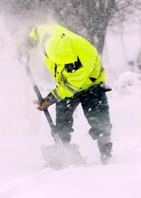 En snöskottare i Akalla i Stockholm kämpar mot snön och blåsten. Foto: Johan Nilsson/Scanpix