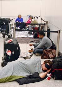 Många fick vänta på flygplatserna. Foto: Akira Suemori/Scanpix