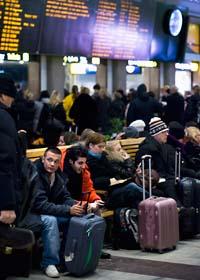 På tisdagen var det stora förseningar för tågen från Stockholm. Människor fick vänta länge på centralen. Foto: Claudio Bresciani/Scanpix