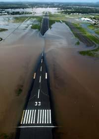Inga flygplan kan landa på Rockhamptons flygplats i Australien. Foto: Scanpix