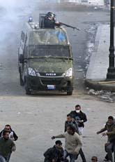 Det är bråk mellan demonstranter och poliser i Egypten. Foto: AP/Scanpix