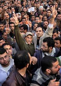 Människor protesterar mot Egyptens regering. Foto: Ben Curtis/Scanpix