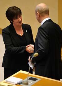 Mona Sahlin och statsminister Fredrik Reinfeldt säger tack och hej i riksdagen. Foto: Fredrik Sandberg/Scanpix