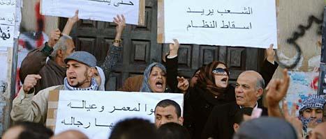 Människor protesterar mot regeringen i Libyen. Foto: Scanpix