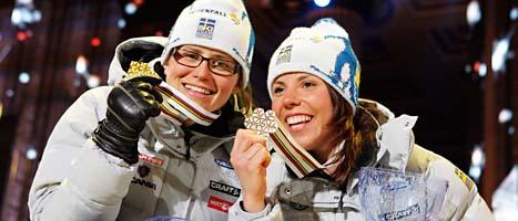 Ida Ingemarsdotter och Charlotte Kalla med sina guldmedaljer. Foto: Gorm Kallestad/Scanpix