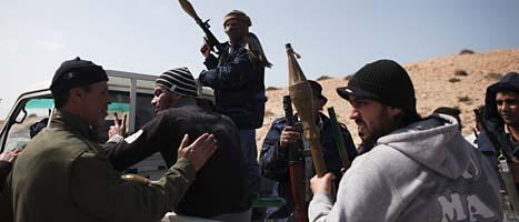 Libyska män gör sig beredda för att strida mot Kaddafis soldater. Foto: Tara Todras-Whitehill/Scanpix