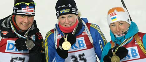 Helena Ekholm i mitten med sin guldnedalj. Tyskan Tina Bachman kom tvåa och Vita Semerenko från Ukraina kom trea. Foto: Michail Metzel/Scanpix