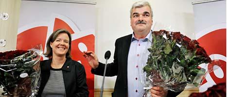 Håkan Juholt visar upp sig för journalisterna tillsammans med Carin Jämtin som väntas bli vald till ny partisekreterare. Foto: Tomas Oneborg/Scanpix