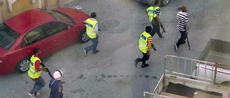 Poliser och militärer i Bahrain jagar bort demonstranter. Foto: AP/Scanpix
