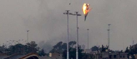 Ett av Gaddafis stridsflygplan skjuts ner utanför staden Banghazi. Foto: Anja Niedringshaus/Scanpix