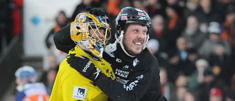 Daniel Mossberg i Sandviken jublar tillsammans med sin målvakt efter SM-segern. Foto: Fredrik Sandberg/Scanpix