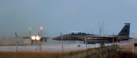 Ett stridsflygplan är klart för att lyfta och anfalla Libyen. Det är bland annat italienska, franska och amerikanska plan som är med. Foto: Luca Bruno/Scanpix