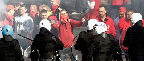 Det blev bråkigt när tolv tusen demonstranter samlades utanför EU-kontoren i Bryssel på torsdagen. Foto: Scanpix