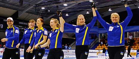 Sverige jublar över ännu ett VM-guld i curling. Foto: Bob Strong/Reuters/Scanpix