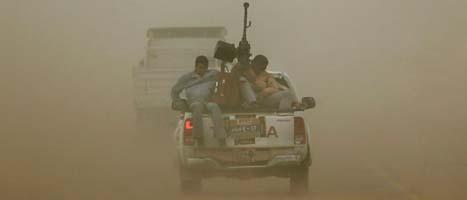 Rebeller på väg bort från staden Ajdabiya som Gaddafis soldater tagit tillbaka. Foto: AP/Nasser Nasser/Scanpix