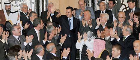 President Assad möttes av jublande människor när han kom till parlamentet. Han gav inga löften till dem som vill ha demokrati i landet. Foto: AP/Sana/Scanpix