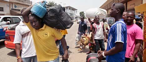 Människor flyr från staden Abidjan för att komam undan striderna. Foto: Emanuel Ekra/Scanpix