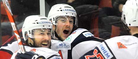 Växjös spelare jublar. Laget spelar i Elitserien nästa säsong. Foto: Conny Sillén/Scanpix