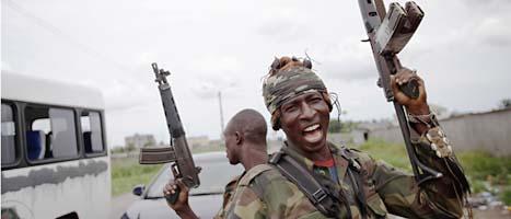 En soldat som stöder Alassane Ouattara jublar när han får veta att motståndarnas soldater har gett upp. Foto: Rebacca Blackwell/Scanpix