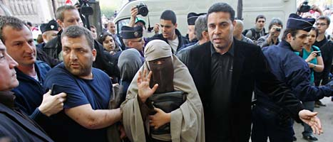 Poliser i Frankrike griper en kvinna i heltäckande slöja. Foto: Michel Euler/Scanpix