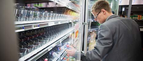Fredrik Westlin köper så många flaskor vatten han. Han vill inte bli sjuk av kranvattnet. Foto: Patrick Degerman/Scanpix