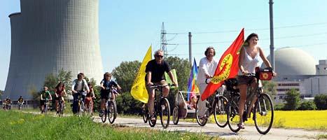 Folk cyklar och protesterar mot kärnkraft. Fler än 150 tusen människor i Tyskland och Frankrike demonstrerade i helgen. Foto. Thomas Lohnes/Scanpix