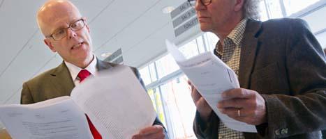 Domaren Mats Sjösten tittar i sina papper. Foto: Björn Larsson Rosvall/Scanpix