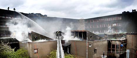 Hundra brandmän kämpade mot barden på Artkitekturhögskolan i Stockholm. Foto: Tomas Oneborg/Scanpix