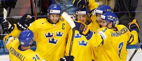 Svenskarna jublar efter segern mot USA. Foto: David Josek/Scanpix