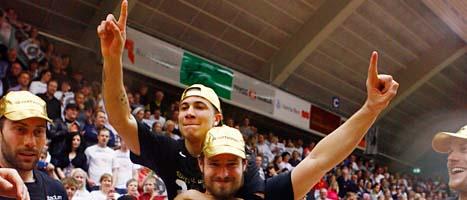 Sundsvalls spelare firar SM-guldet i basket. Foto: Scanpix