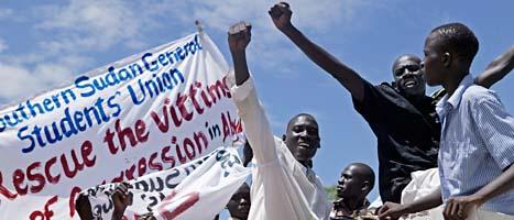 Folk i södra Sudan demonstrerar mot att soldater plundrat gränsstaden Abyei. Foto: Pete Müller/Scanpix.