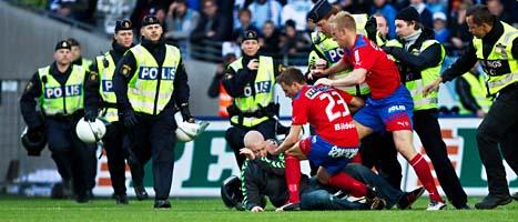 En man sprang in på planen och försökte slå helsingborgs målvakt: Foto: Andreas Hillergren/Scanpix