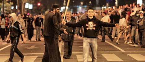Tiotusen serber protesterade i helgen mot gripandet av Ratko Mladic. Foto: Vadim Ghirda/Scanpix