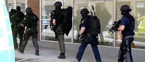 Poliser är på väg in i banken i Flen. Foto: Roger Tillberg/Scanpix