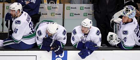 Vancouvers spelare deppar efter förlusten mot Boston. Nu blir det en avgörande match om Stanley Cup under natten till torsdag. Foto: Jonathan Hayward/Scanpix