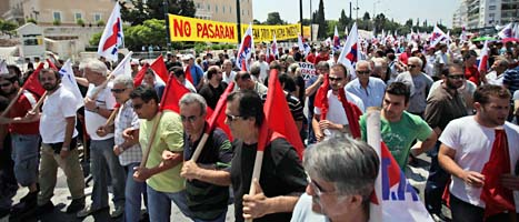 Greker protesterar mot regeringens sparande.  Foto. Lefteris Pitarakis/Scanpix