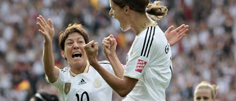 Tysklands Kerstin Gareferekes jublar över att ha gjort mästerskapets första mål. Till vänster jublar även lagkamraten Linda Bresonik. FOTO: Gero Breloer/SCANPIX