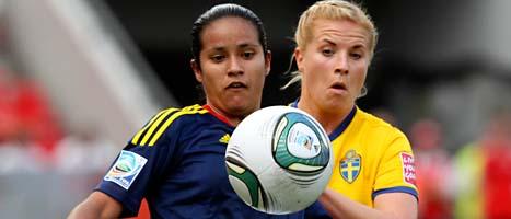 Colombias Lady Andrade stångas med Annica Svensson om bollen i Sveriges segermatch i går. FOTO: Michael Probst/Scanpix