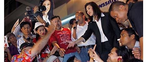 Shinawatra och hennes anhängare var glada efter att hon vann valet i Thailand. FOTO: Vincent Yu/Scanpix