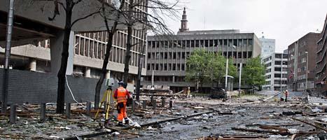 I området där bomben sprängdes ligger krossat fönsterglas och bråte från förstörda hus. Foto: Scanpix