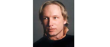 Anders Behring Breivik greps av polis efter skjutningen på Utöya. Han sågs också tidigare utanför regeringskansliet före bomben exploderade. Han är gripen för båda brotten. FOTO: Scanpix