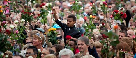 Människor samlas utanför stadshuset i Oslo för att minnas och hedra de som dödades i fredags. FOTO: Emilio Morenatti/Scanpix