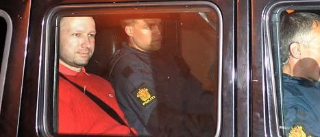 Anders Behring Breivik åker från domstolen efter häktningsförhandlingarna. FOTO: Jon-Are Berg-Jacobsen/Scanpix