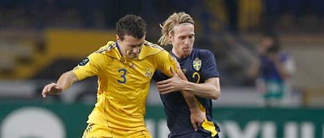 Christian Wilhelmsson kämpar mot en back. Foto: Fredrik Persson/Scanpix