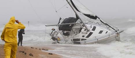 En segelbåt har strandat i stormen i USA. Foto: Steve Helber/Scanpix