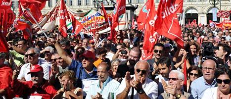 Människor i Italien protesterar mot de hårda sparandet.  Foto: Daniel Badolato/Scanpix
